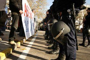 Diversos colectivos y organizaciones, entre ellas la CGT, se concentran ante la embajada de Grecia en Madrid para protestar por el asesinato de Alexandros
