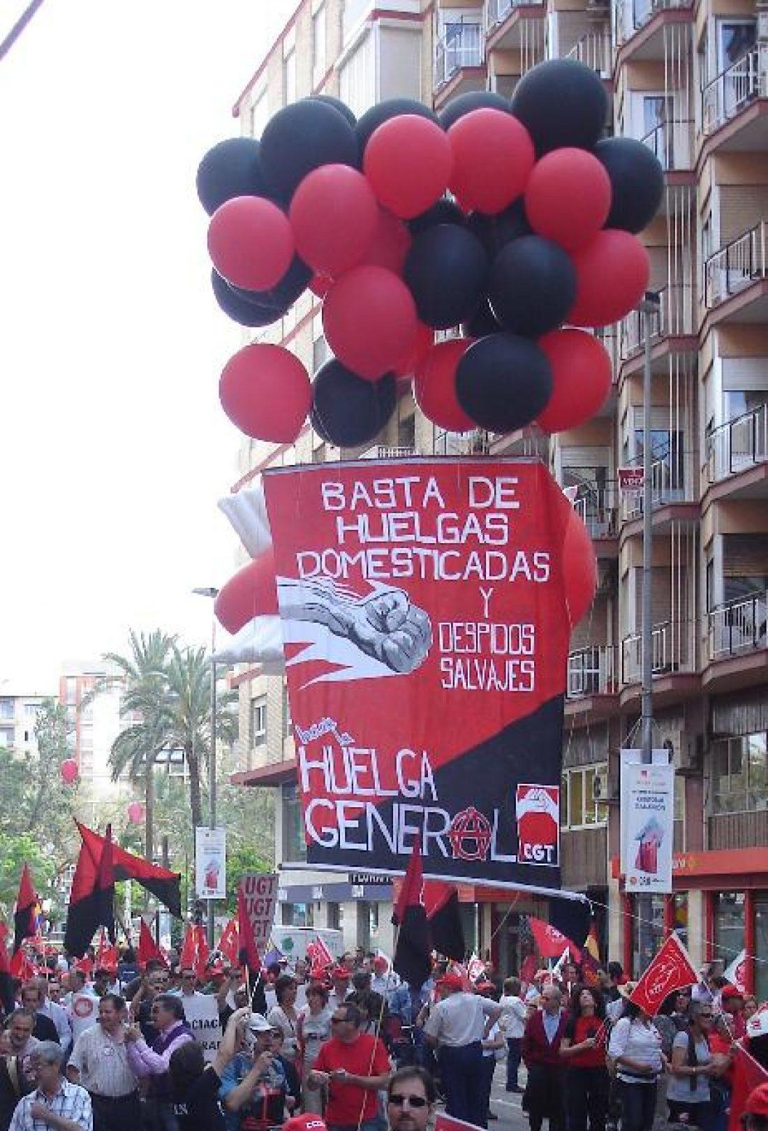 Lxs trabajadorxs de Santa Bárbara se concentran frente al Parlamento andaluz