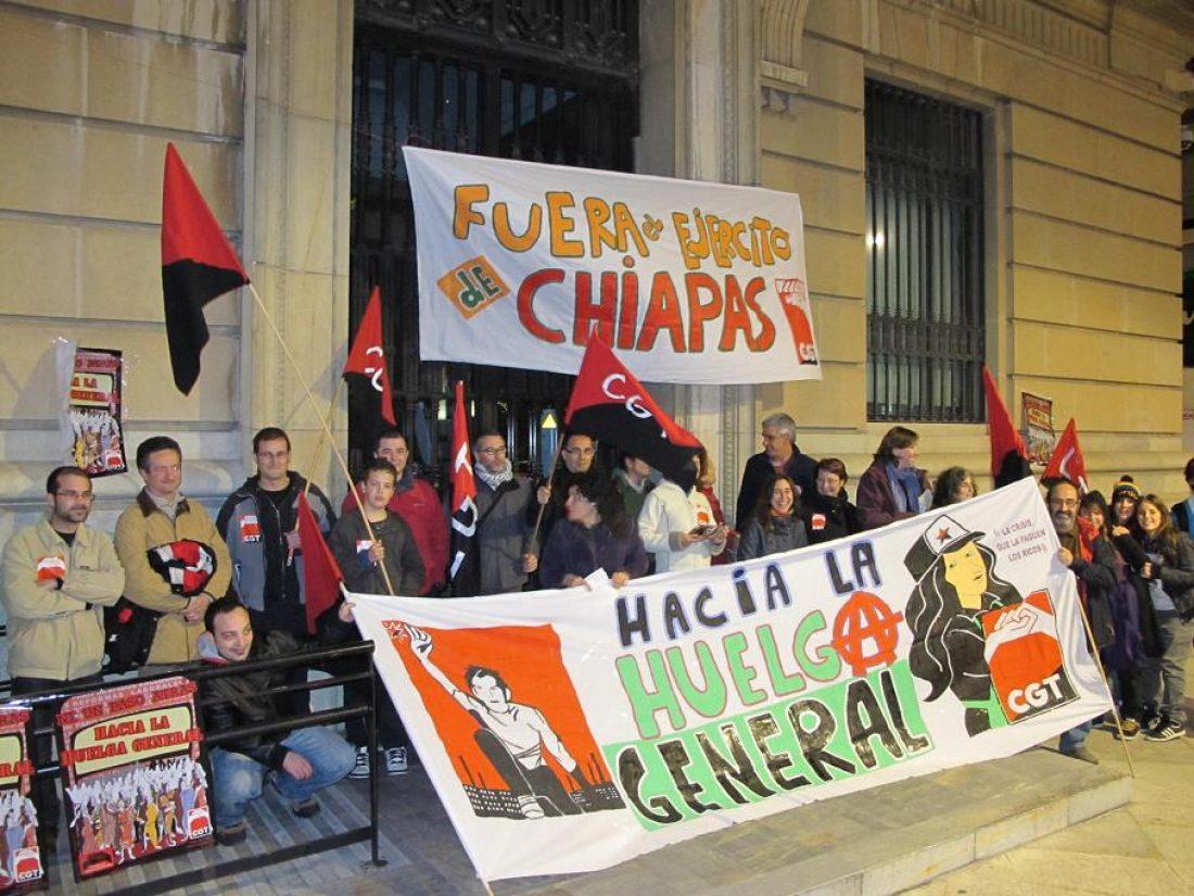 Murcia: La CGT se concentra contra el aumento de la edad de jubilación y para denunciar las agrasiones contra las comunidades zapatistas.