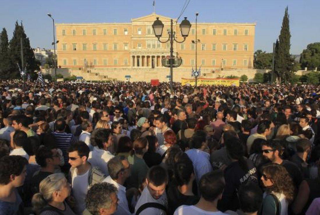 Grecia: Miles de personas indignadas ocupan plaza Sintagma protestando contra los recortes