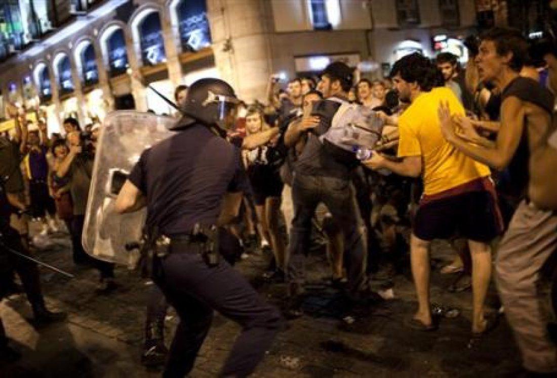 Miles de manifestantes le dicen al papa en Madrid: «NO CON MI DINERO» (17/8/11)