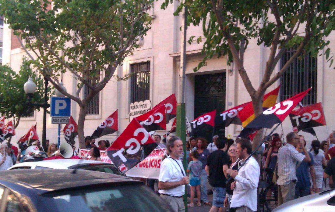 Alicante. Concentración y cacerolada frente al Banco de España