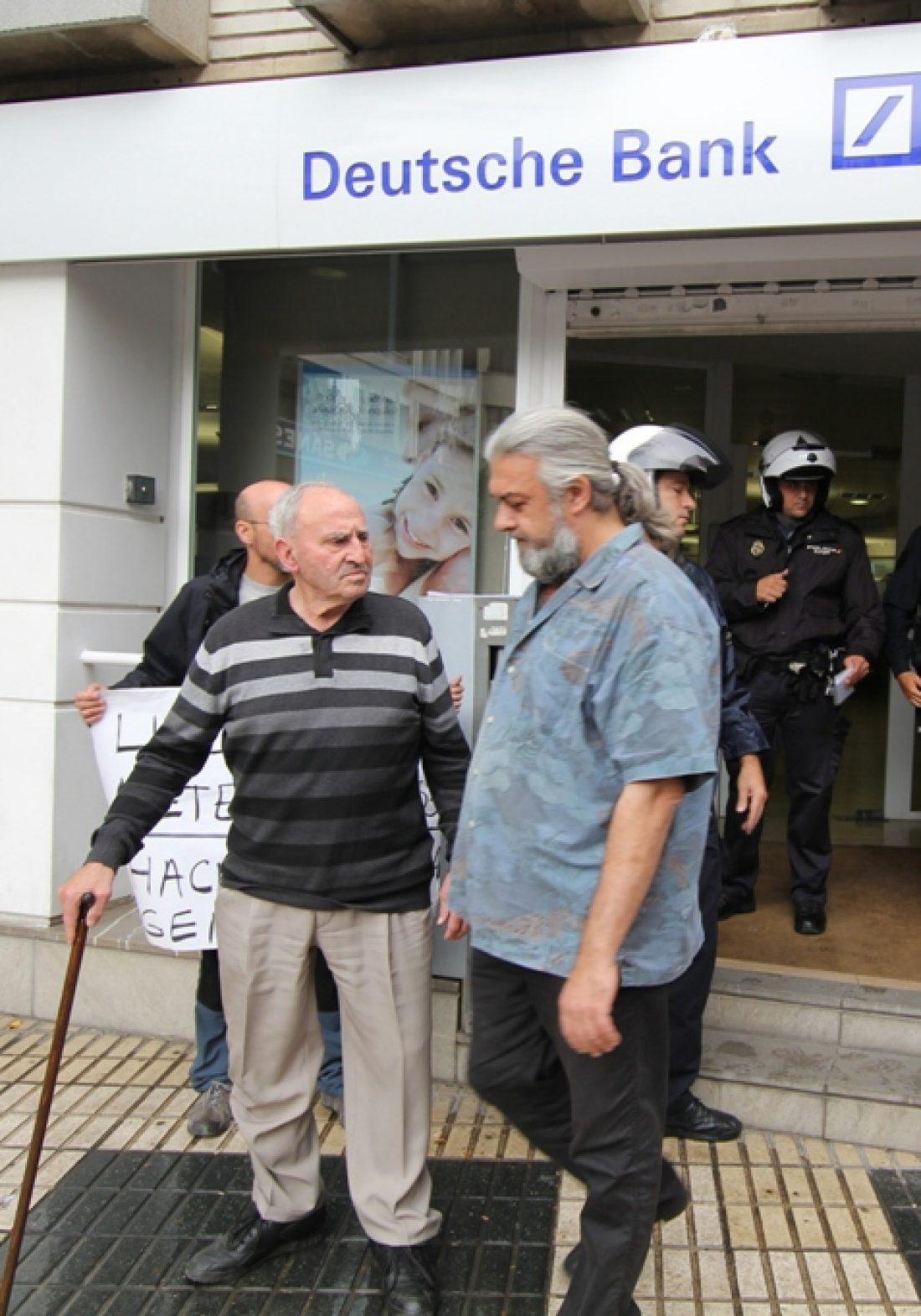 CGT ocupa una sucursal de Deutsche Bank en Sevilla para exigir la libertad de detenidos el 25-S