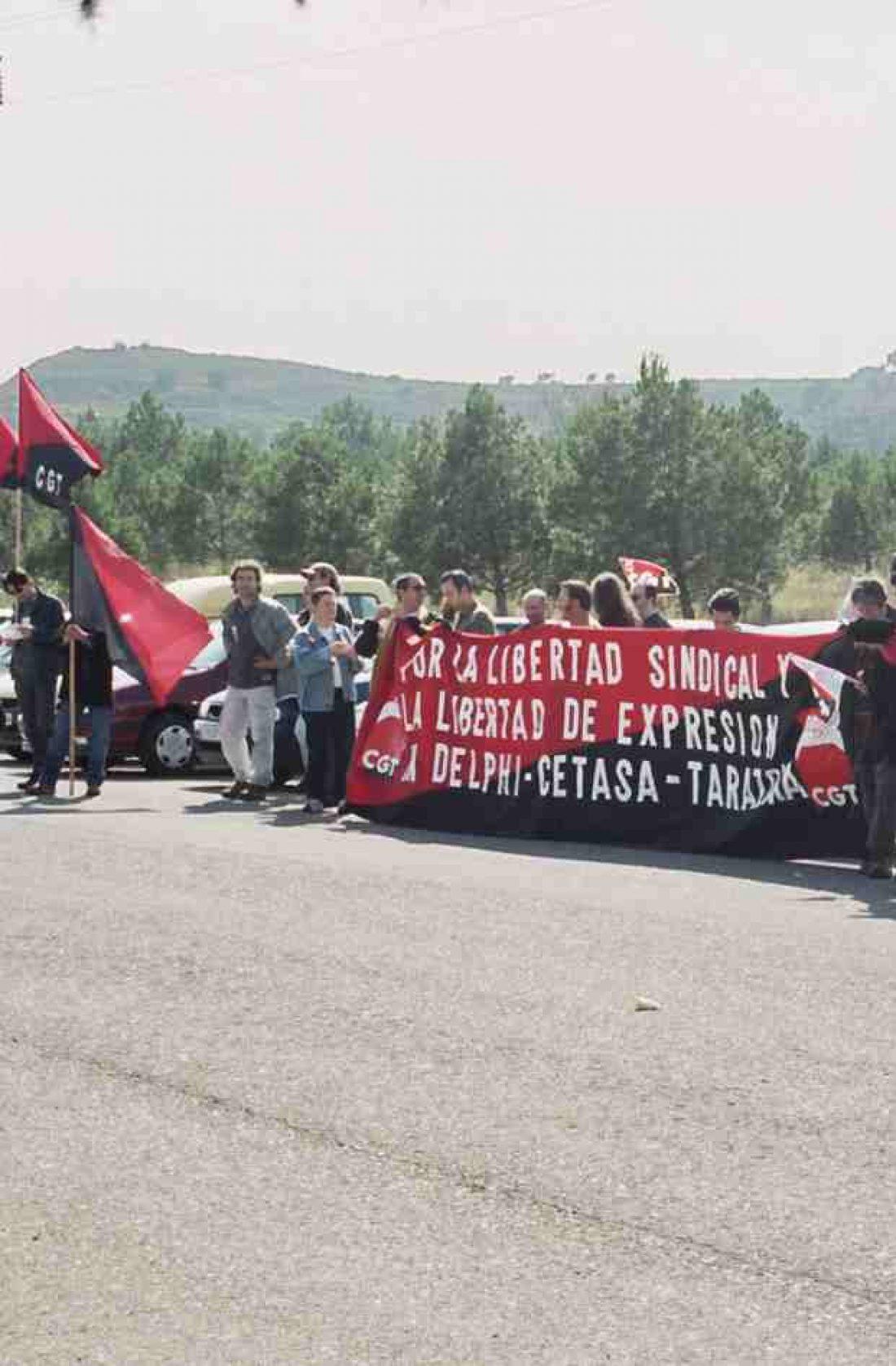 Lucha de los extrabajadores de Delphi: concentración ante la antigua fábrica y corte de carreteras