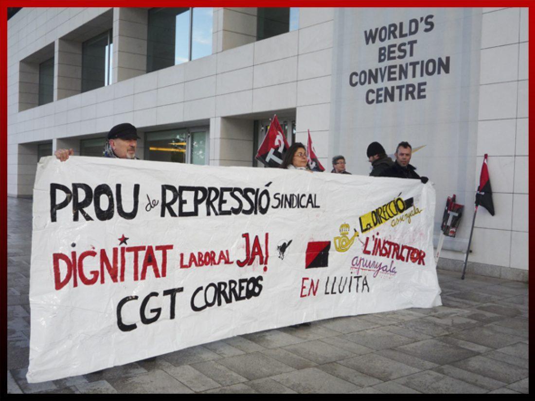 CGT se concentra frente al Palacio de Congresos de Valencia para protestar contra la privatización del servicio público postal y la persecución sindical en Correos