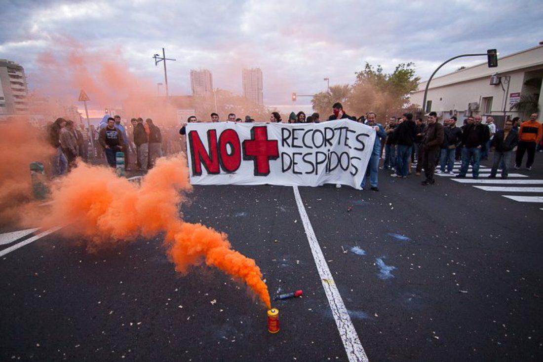 Los trabajadores de la Refinería de Cepsa en Tenerife cortan el tráfico durante horas