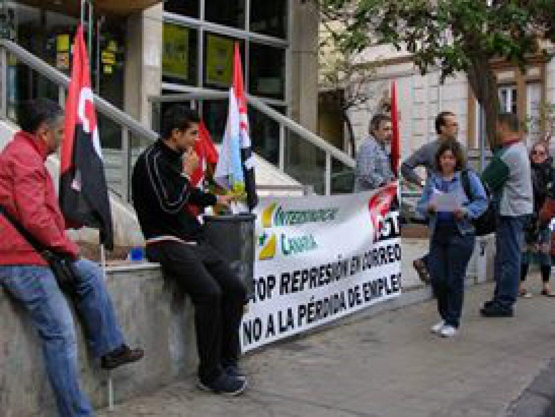 Concentración en Correos de Tenerife contra la represión de la empresa