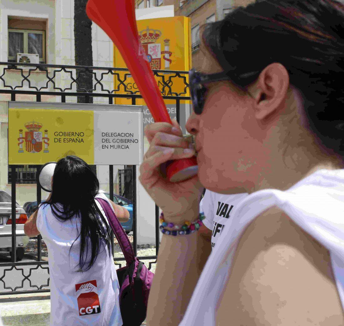 Éxito de participación en la marcha convocada por las limpiadoras del Hospital de la Arrixaca
