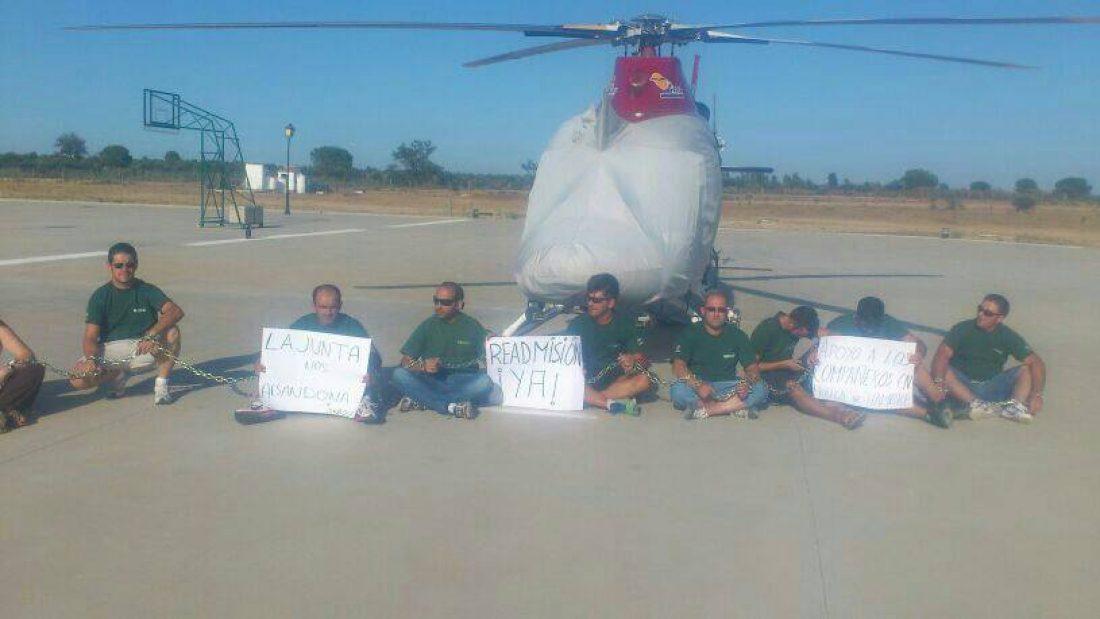 Bomberos del Infoca se encadenan a helicóptero en Doñana en apoyo de los despedidos en huelga de hambre