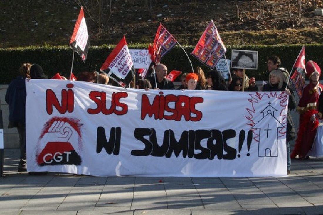 CGT se concentra a las puertas de la catedral de la Almudena en Madrid