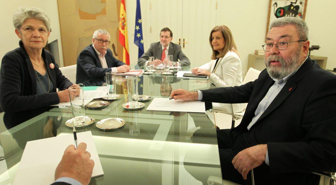 En plena debacle del PP en las encuestas electorales, las cúpulas de UGT y CCOO dan un balón de oxígeno a Rajoy al pactar una vergonzosa subida salarial del 1% para 2015