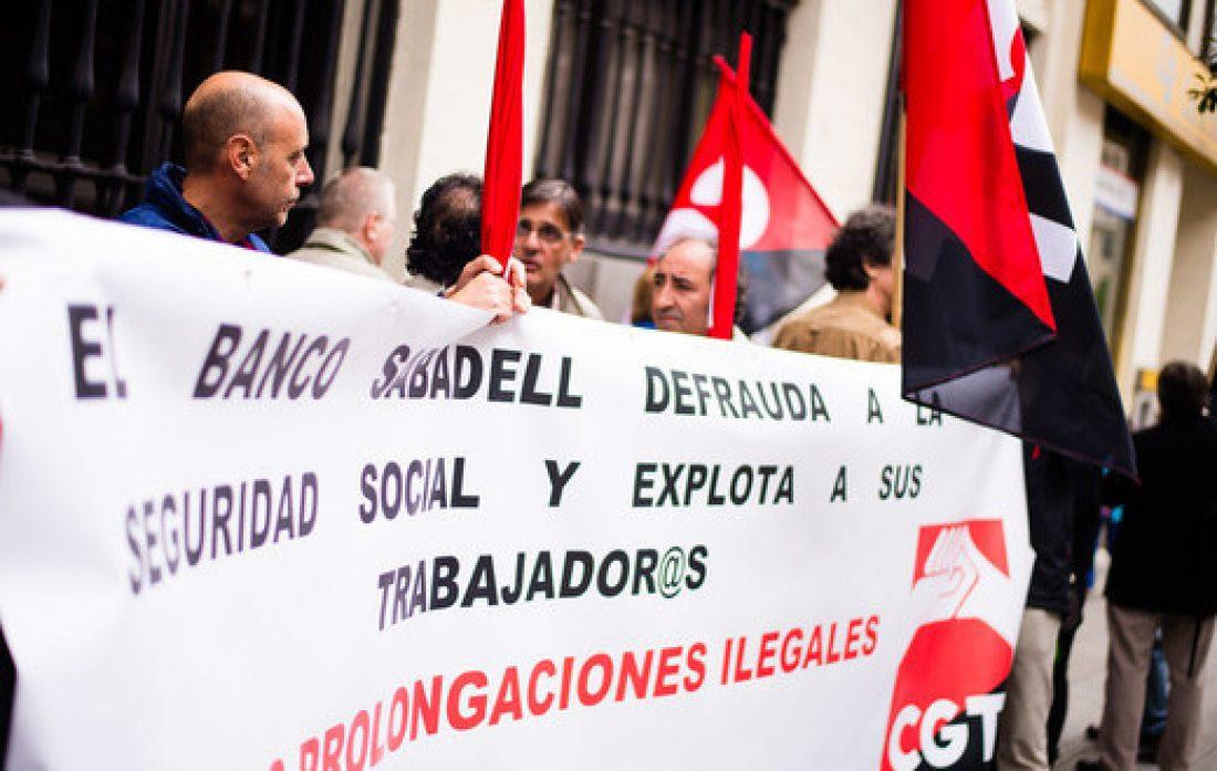 CGT convoca una protesta contra la política laboral y la reconversión del sector bancario ante la Junta General de Accionistas de Banco Sabadell en Alicante