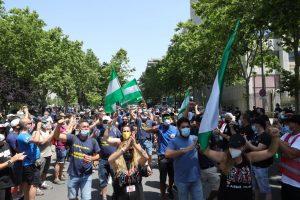 Los trabajadores de Airbus llegan hasta el Ministerio de Industria para mostrar su rechazo al cierre de la factoría de Puerto Real